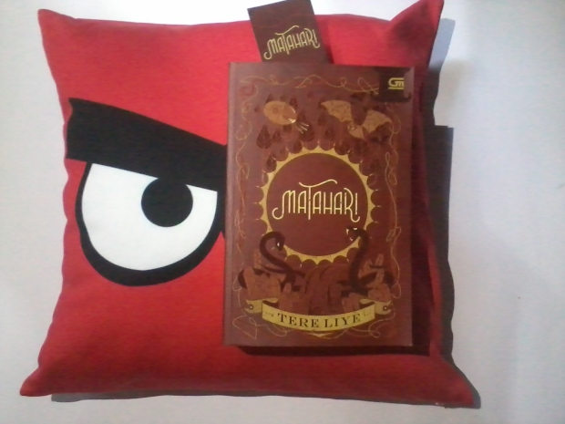 Novel MATAHARI, Tere Liye - Cushion by sayangbantal.